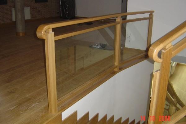la combinacin de madera con cristal hace que la barandilla lleve la elegancia de la madera con la luminosidad del cristal a la vez de dar mas amplitud